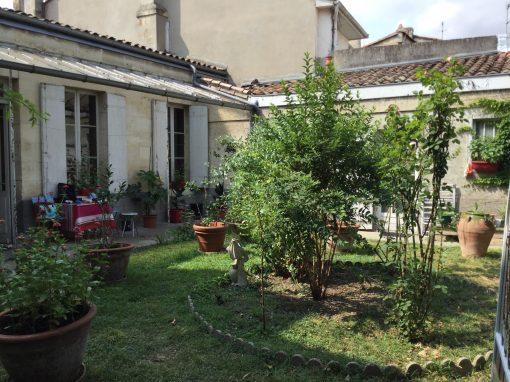 Authentique échoppe double avec beau jardin intime à rénover à deux pas du palais de Justice